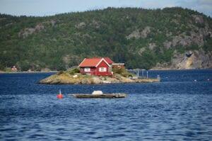 Palabra por palabra: pequeña casa roja en una isla de Noruega